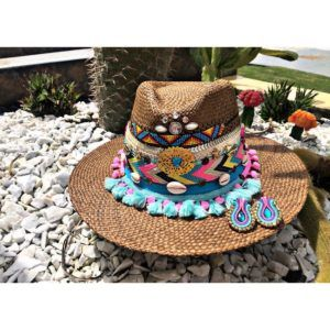 sombrero con adornos para mujer elegua cintas bisuteria vueltiao vaquero artesanal sol agudeño elegante decorado cabalgata de moda Montería bisuteria fiesta flores playa cali cartagena bucaramanga Santa Marta