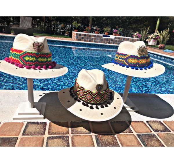 sombrero para mujer con adornos agudeño artesanal playa flores cintas de moda elegante vaquero decorado sol bisuteria fiesta vueltiao elegua colombia cucuta tejido Valledupar Neiva buga cabalgata